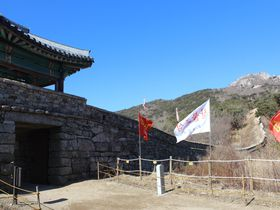 韓国版「万里の長城」!金井山城ハイクで黒ヤギ料理や生マッコリを