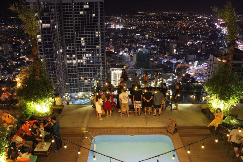 ニャチャンの夜は「Sky Light」でパーティー&絶叫ガラス台