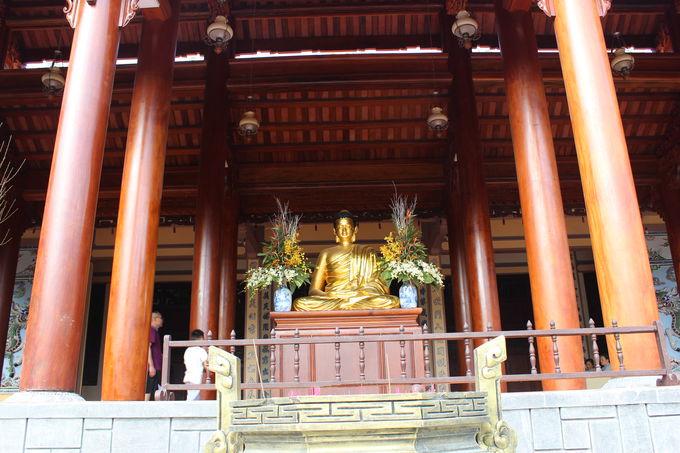 龍に囲まれた黄金仏像が見事!