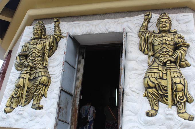 山頂の白色仏像は内部にも参拝可能!