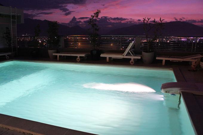 ニャチャンの街と夕陽が映える屋上プールが魅力的!