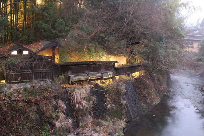 レトロな屋根付き橋先にある露天風呂が凄い!