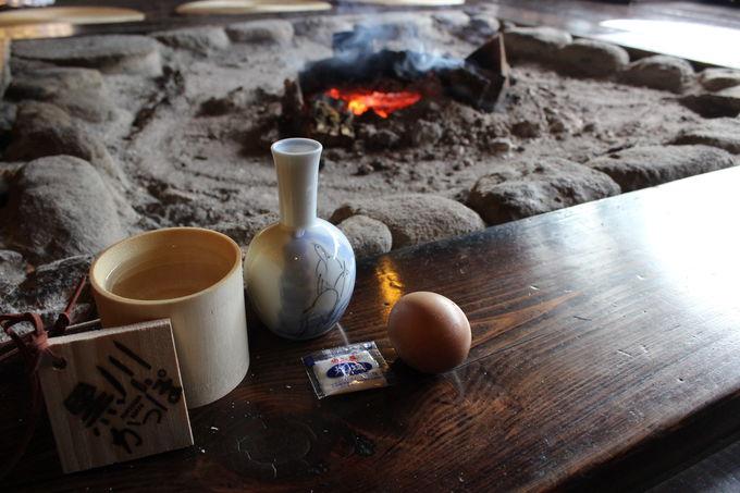 「いこい旅館」では囲炉裏端で温泉たまごをつまみに!