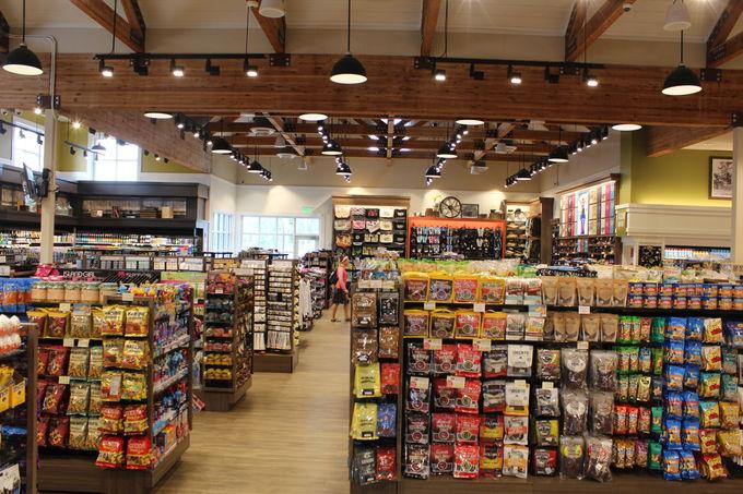 4.ショッピングセンター内の憩いの場所「Island Country Market」