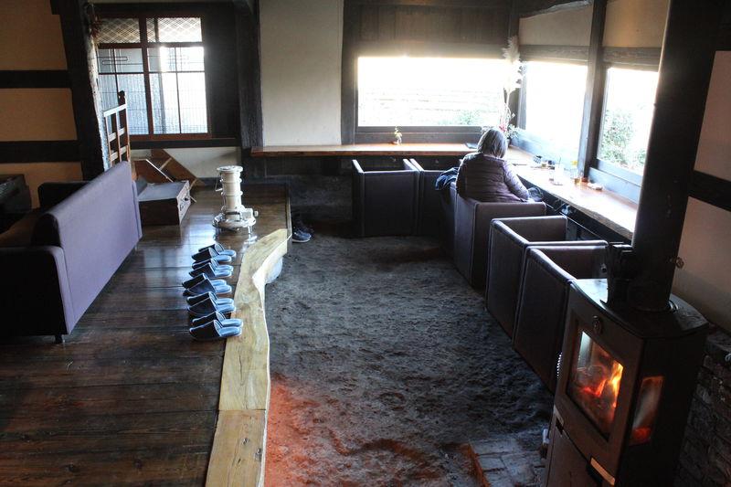 熊本・阿蘇の「茶蔵カフェ」は暖炉と土間のある農家リノベカフェ