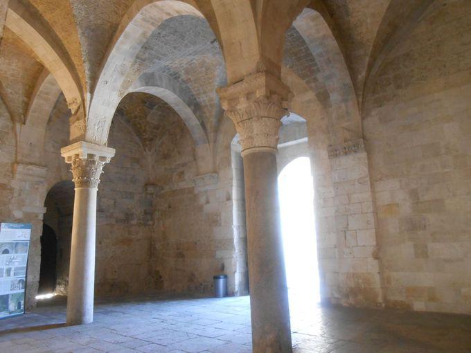 フェデリーコ2世の個性が光る建物入口の空間