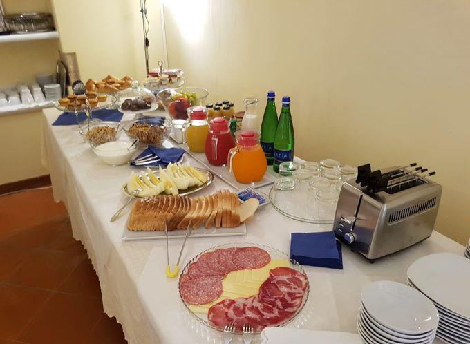 朝食は優雅なホールで