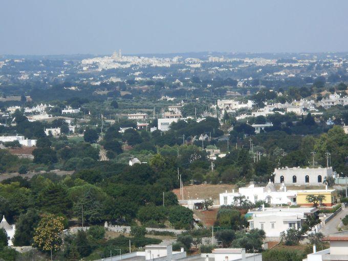 イトリア谷を臨む丘の上の白い町