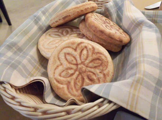 メインデイッシュには伝統パンを!