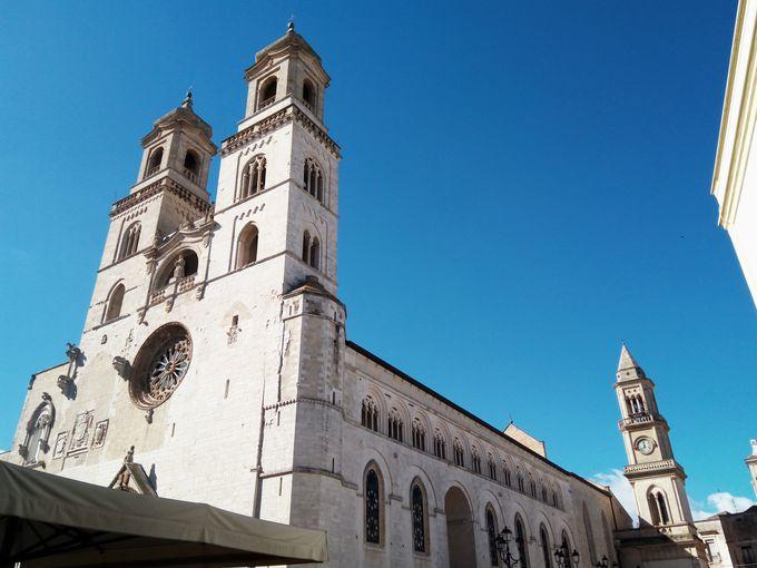 見どころは旧市街に鎮座する大聖堂