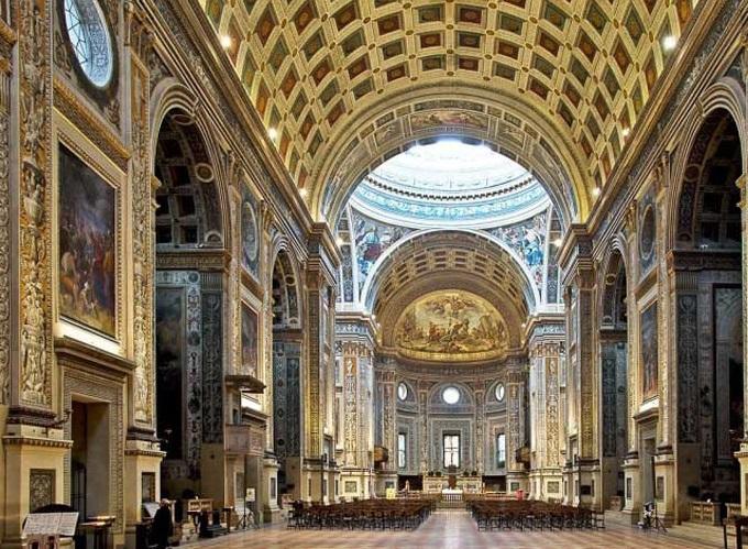 街に華やかさを添える教会と劇場
