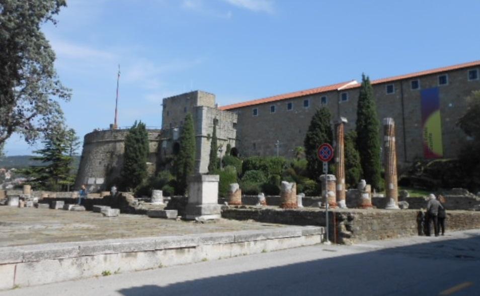 必見の教会と城