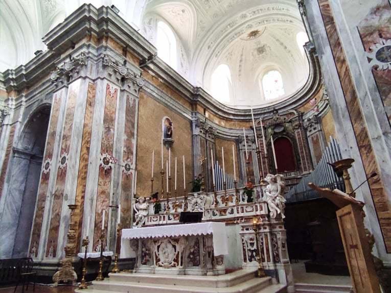 信仰の中心である聖母教会
