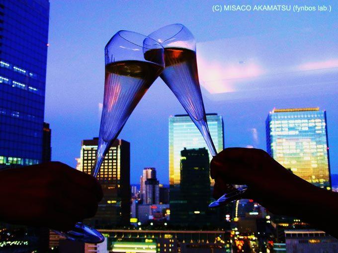 キラキラと輝く夜景に魅せられ、酔いしれる宵の刻
