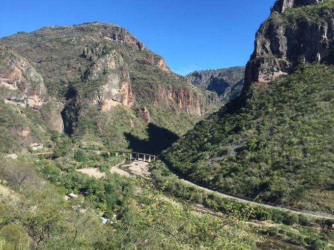 メキシコで唯一の旅客列車は渓谷を走る