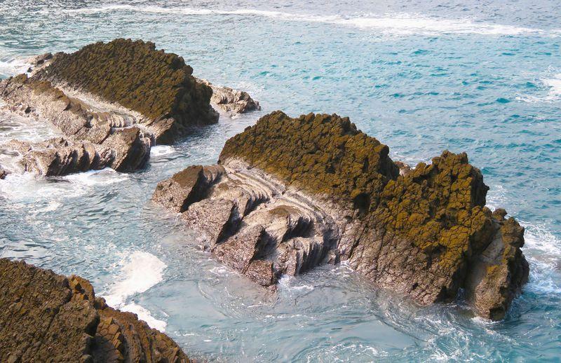 波と岩が作る芸術