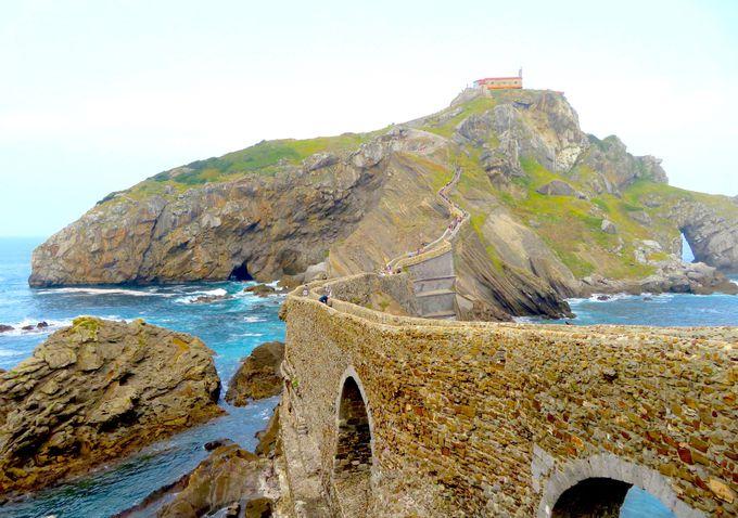 細い石橋があの世とこの世の分かれ道