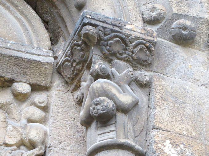ユニークな動物の彫刻に囲まれた村のシンボル