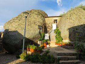 昔ながらのポルトガルが今も残る巨石の村「モンサント村」
