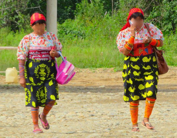 島を彩るカラフルな衣装