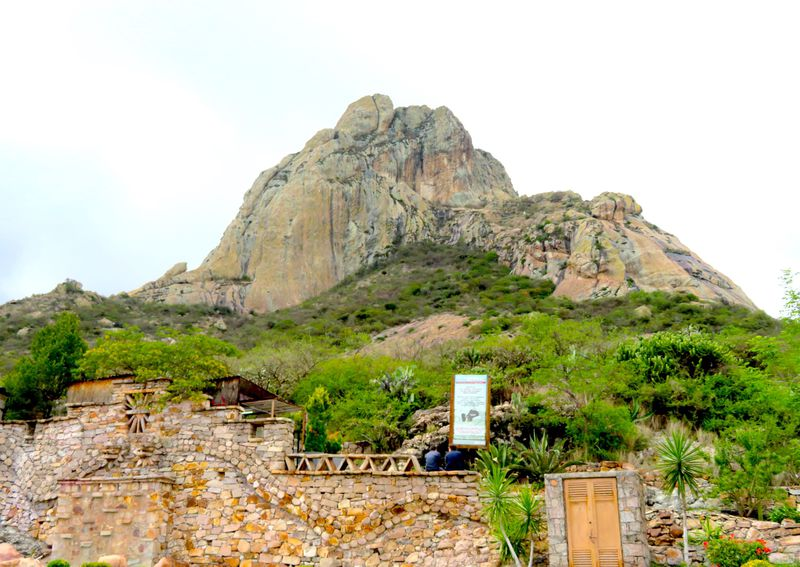 UFOと遭遇する?聖なる岩山メキシコ「ペニャ・デ・ベルナル」