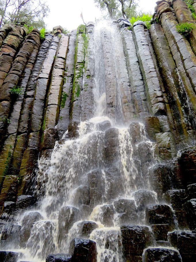 下から見上げる奇岩は大迫力