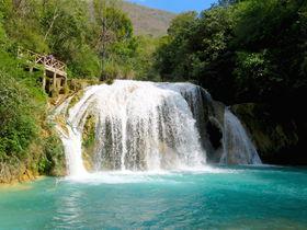 ターコイズブルーの川に白く輝く!メキシコ「チフロン滝群」