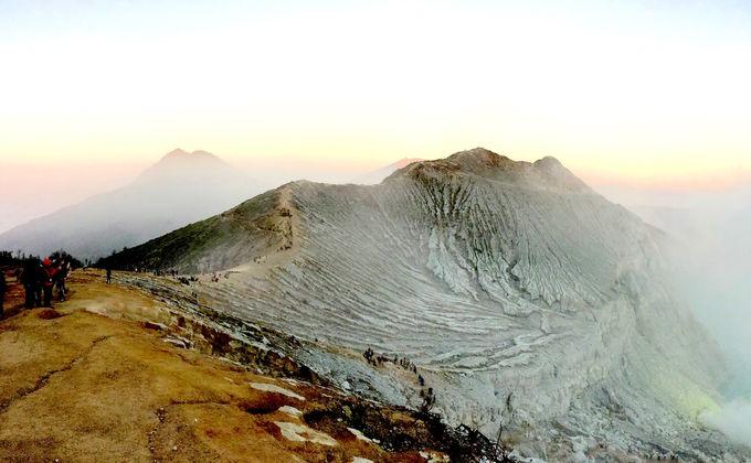 朝もやのイジェン山