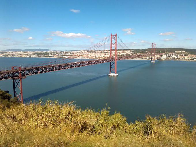 テージョ川対岸からリスボンを望むクリスト・レイ