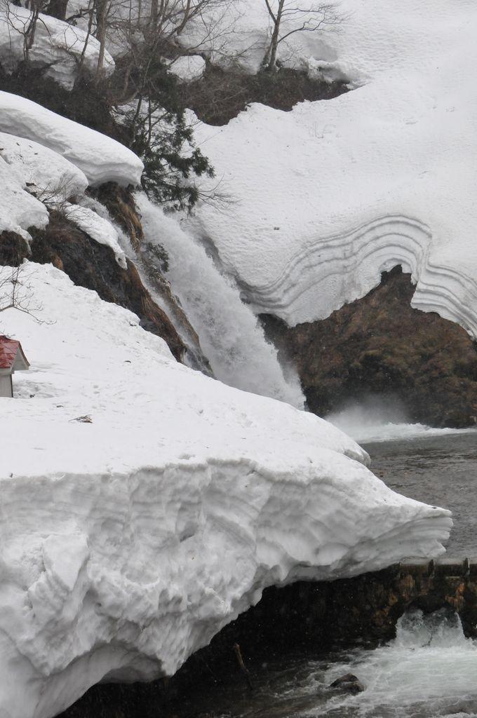 銀山温泉の散策スポット、白銀の滝