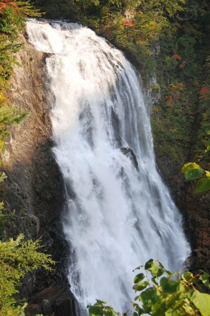 落差100m、見る者を圧倒する三条の滝!
