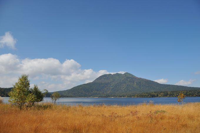 澄み渡る秋空に聳える燧ケ岳と尾瀬沼