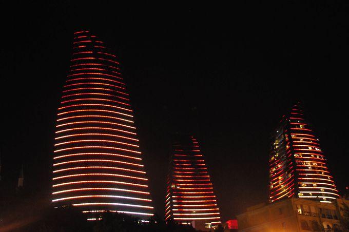 夜は火焔タワーのショータイム