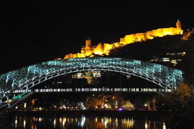 トビリシの新しい観光スポット平和橋