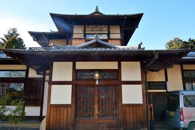 屋根瓦には皇室ゆかりの「裏菊紋」が