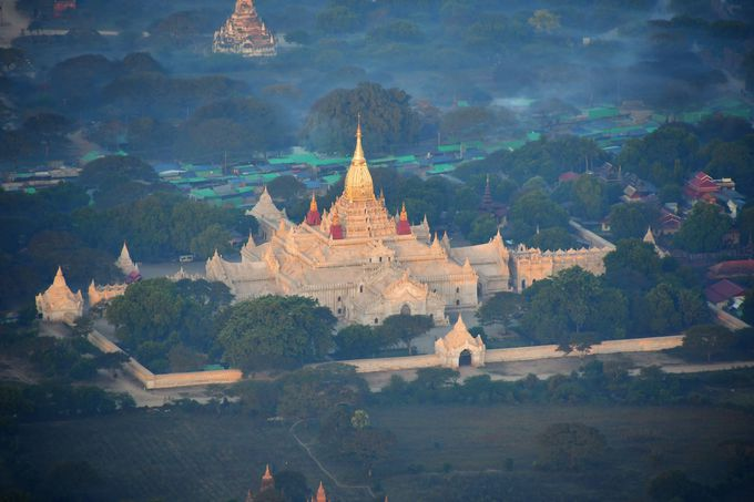 熱気球から眺める有名寺院