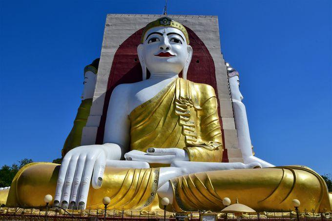 4体の巨大な仏像が四方を見つめるチャイプーン・パゴダ