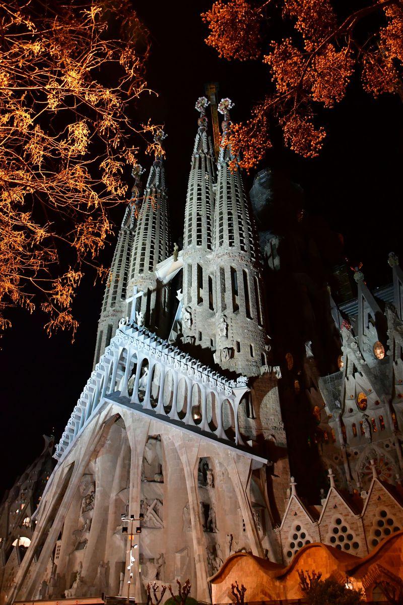 サグラダ・ファミリア スペインを代表する人気観光スポットの昼と夜