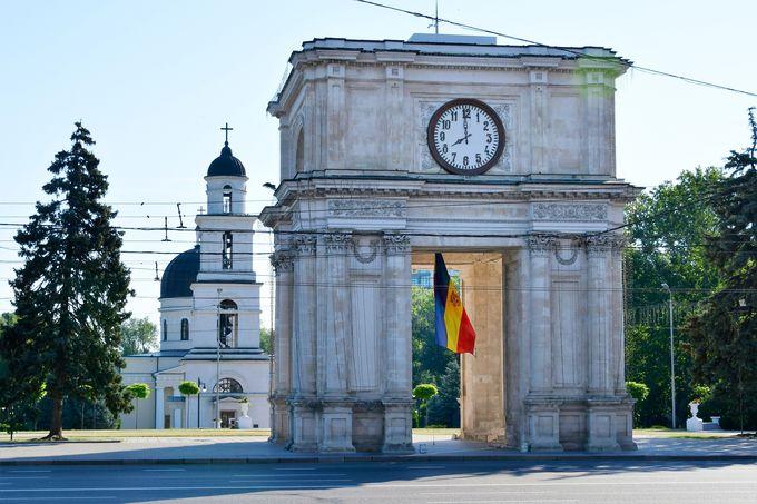 勝利の門とキシナウ大聖堂