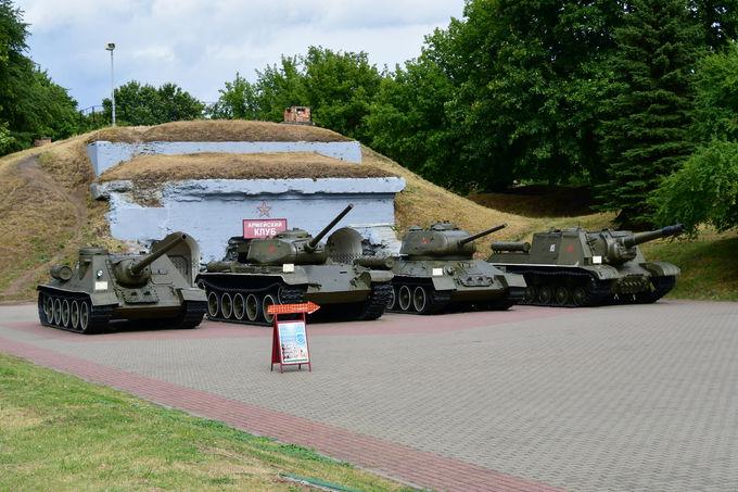 戦車と「のどの渇き」のモニュメント