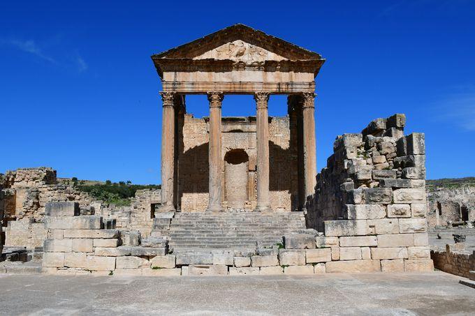 二人の皇帝に捧げられ三神を祀る神殿キャピトル