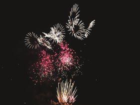 """桜とコラボの""""春花火""""も!伝統ある花火の街・秋田県大曲"""