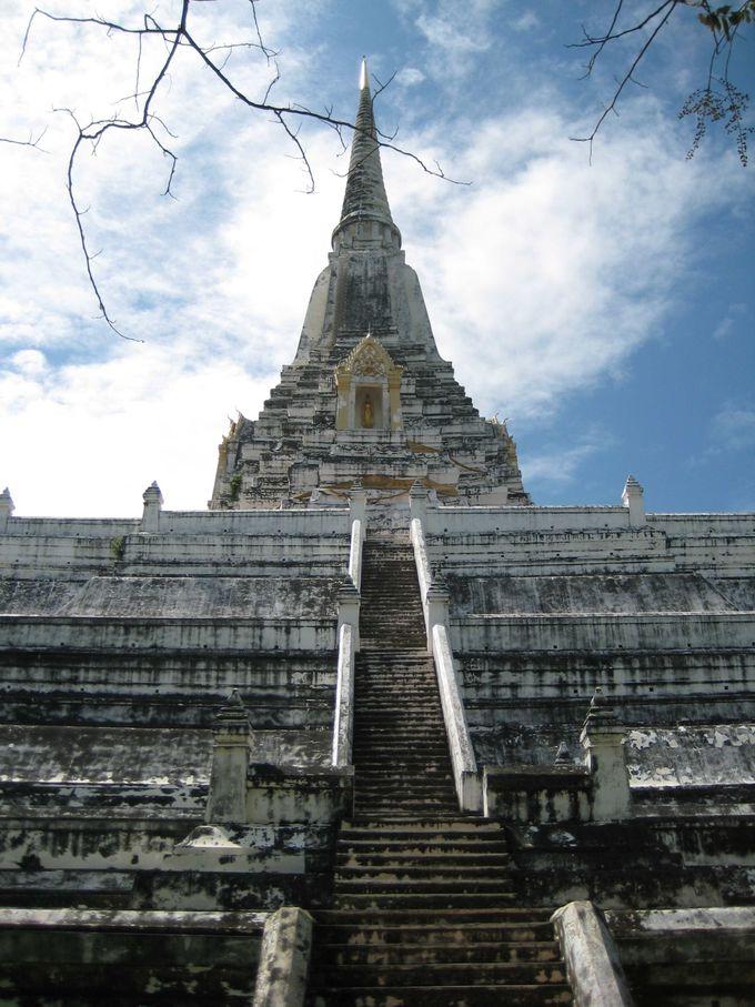 白亜の尖塔が美しい「ワット・プラ・シーサンペット」