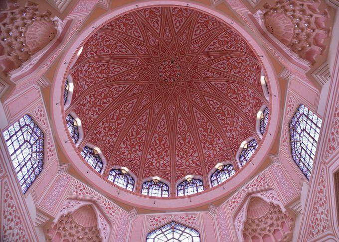 モスク内部にも技巧の妙 丸天井の幾何学模様