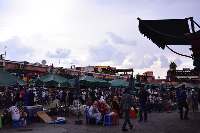 昼夜活気に溢れるジャマ・エル・フナ広場(旧市街)