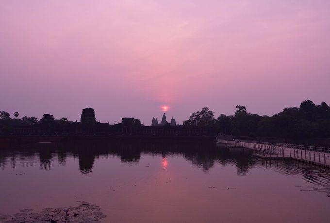 朝5時 仏塔から昇る静寂の中のサンライズ