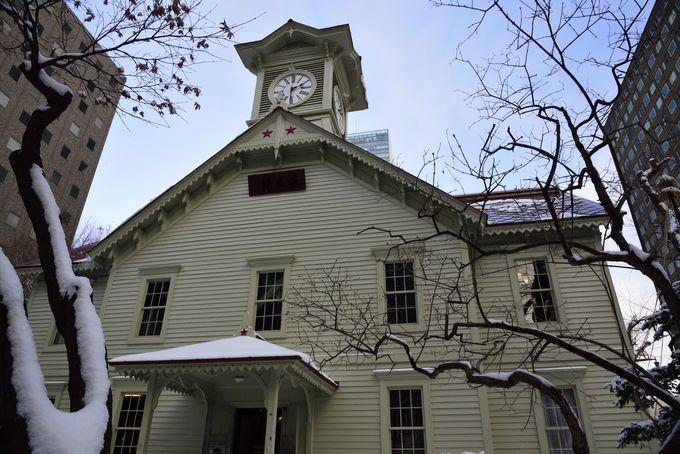 雪の中にたたずむ白亜の美しい時計台