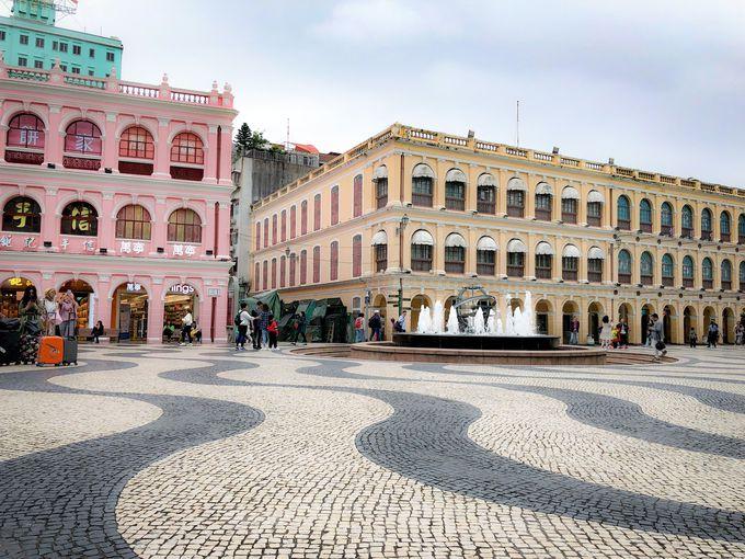 カラフルな洋館に囲まれたセナド広場