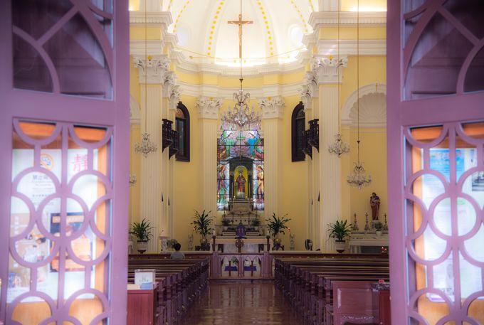 教会内もカラフル!聖ローレンス教会