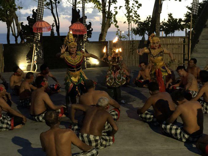 日没後に見られる伝統舞踊ケチャ